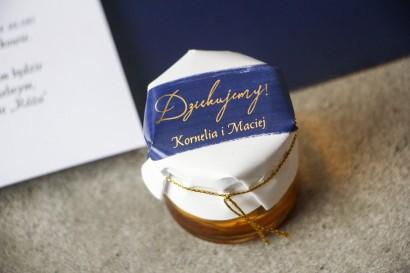 Słoiczek z miodem - Ślubne  podziękowanie dla gości weselnych. Kapturek z granatową akwarelową grafiką ze złotymi napisami
