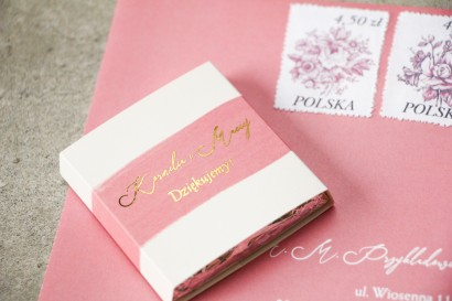 Czekoladki Ślubne jako podziękowania dla Gości z różową akwarelową grafiką i złotym napisem