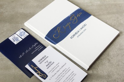 Ślubna Księga Gości z granatową akwarelową grafiką i złotym napisem