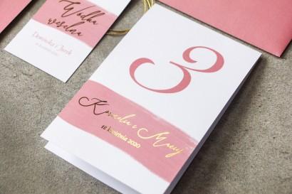 Ślubne Numery stolików weselnych akwarelową różową grafiką i złotym napisem