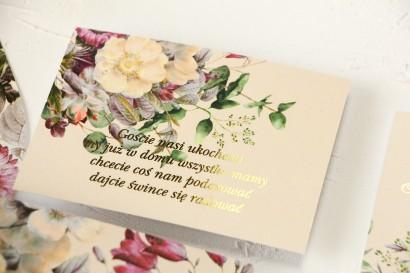 Kremowy Bilecik do zaproszeń ślubnych ze złoceniami oraz z eleganckim bukietem w stylu vintage