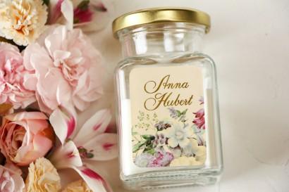 Świeczki Ślubne jako podziękowania dla gości. Etykieta ze złoceniami oraz z eleganckim bukietem w stylu vintage