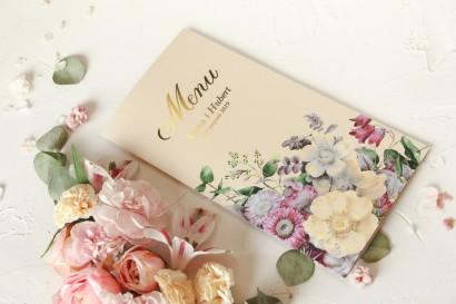 Kremowe Menu Ślubne ze złoceniami oraz z eleganckim bukietem w stylu vintage z różowymi kwiatami z dodatkiem eukaliptusa