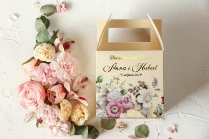 Ślubne Pudełko na Ciasto - kwadratowe - ze złoceniami oraz z z eleganckim bukietem w stylu vintage z różowymi kwiatami