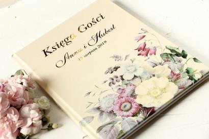 Kremowa, Ślubna Księga Gości ze złoceniami oraz z eleganckim bukietem w stylu vintage z różowymi kwiatami
