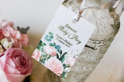 Ślubne Zawieszki na butelki na alkohol ze złoceniami oraz z eleganckim bukietem z drobnych, pudrowych róż