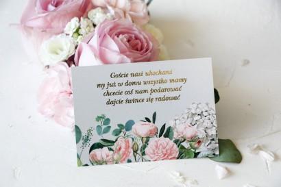 Szary Bilecik do zaproszeń ślubnych ze złoceniami oraz z eleganckim bukietem z drobnych, pudrowych róż