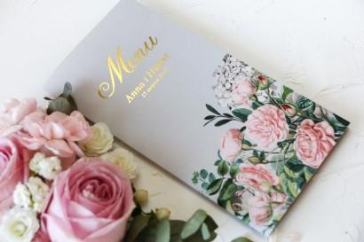 Szare Menu Ślubne ze złoceniami oraz z eleganckim bukietem z drobnych, pudrowych róż i białych hortensji