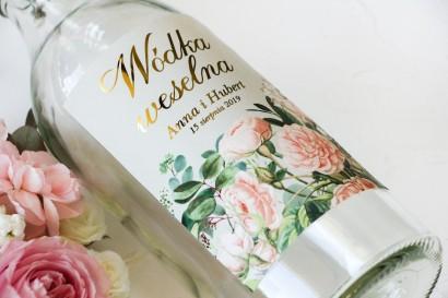 Ślubne, Złocone Etykiety na butelki na alkohol z eleganckim bukietem z drobnych, pudrowych róż i białych hortensji