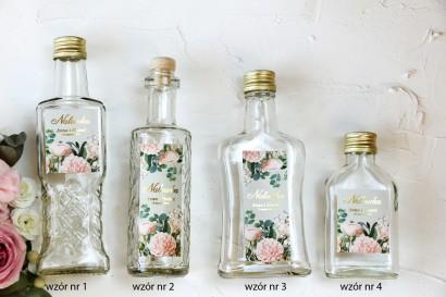 Ślubne Butelki na nalewki wraz ze złoconą etykietą oraz z eleganckim bukietem z drobnych, pudrowych róż i białych hortensji