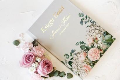 Szara, Ślubna Księga Gości ze złoceniami oraz z eleganckim bukietem z drobnych, pudrowych róż i białych hortensji