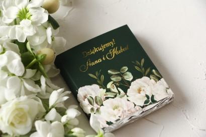 Czekoladki Ślubne jako podziękowania dla gości. Złocona owijka z eleganckim bukietem z białych róż i piwonii