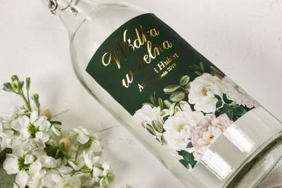 Ślubne, Złocone Etykiety na butelki na alkohol z eleganckim bukietem z białych róż i piwonii z dodatkiem eukaliptusa