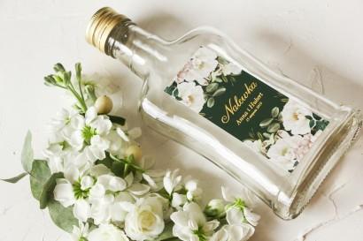 Ślubne Butelki na nalewki wraz ze złoconą etykietą oraz z eleganckim bukietem z białych róż i piwonii z dodatkiem eukaliptusa