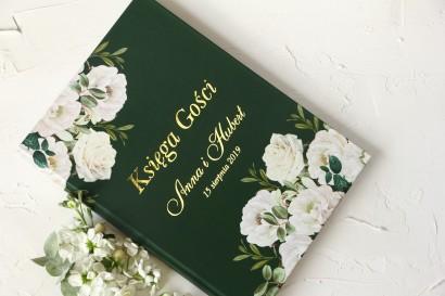 Zielona, Ślubna Księga Gości ze złoceniami oraz z eleganckim bukietem z białych róż i piwonii z dodatkiem eukaliptusa