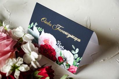 Kwiatowe Winietki Ślubne ze złoceniami oraz z eleganckim bukietem z różowych piwonii, róż i białego zawilca