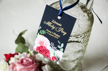 Ślubne Zawieszki na butelki na alkohol ze złoceniami oraz z eleganckim bukietem z różowych piwonii