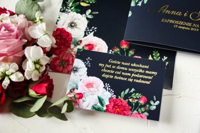 Granatowy Bilecik do zaproszeń ślubnych ze złoceniami oraz z eleganckim bukietem z różowych piwonii