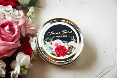 Okrągłe Świeczki Ślubne jako podziękowania dla gości. Etykieta ze złoceniami oraz z eleganckim bukietem