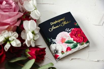 Czekoladki Ślubne jako podziękowania dla gości. Złocona owijka z eleganckim bukietem z różowych piwonii, róż