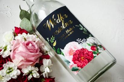 Ślubne, Złocone Etykiety na butelki na alkohol z eleganckim bukietem z różowych piwonii, róż i białego zawilca
