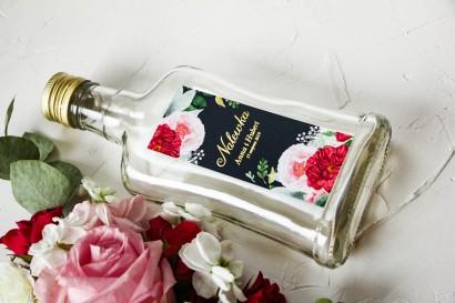 Ślubne Butelki na nalewki wraz ze złoconą etykietą oraz z eleganckim bukietem z różowych piwonii, róż i białego zawilca
