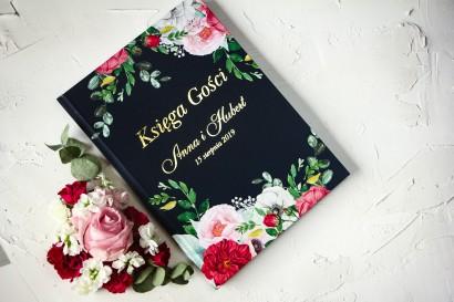 Granatowa, Ślubna Księga Gości ze złoceniami oraz z eleganckim bukietem z różowych piwonii, róż i białego zawilca