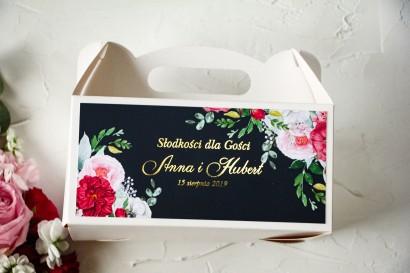 Ślubne Pudełko na Ciasto - prostokątne - ze złoceniami oraz z eleganckim bukietem z różowych piwonii, róż
