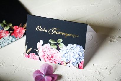 Kwiatowe Winietki Ślubne ze złoceniami oraz z eleganckim bukietem z różowych piwonii i niebieskich hortensji