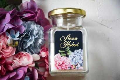 Świeczki Ślubne jako podziękowania dla gości. Etykieta ze złoceniami oraz z eleganckim bukietem z różowych piwonii