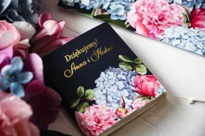 Czekoladki Ślubne jako podziękowania dla gości. Złocona owijka z eleganckim bukietem z różowych piwonii i niebieskich hortensji