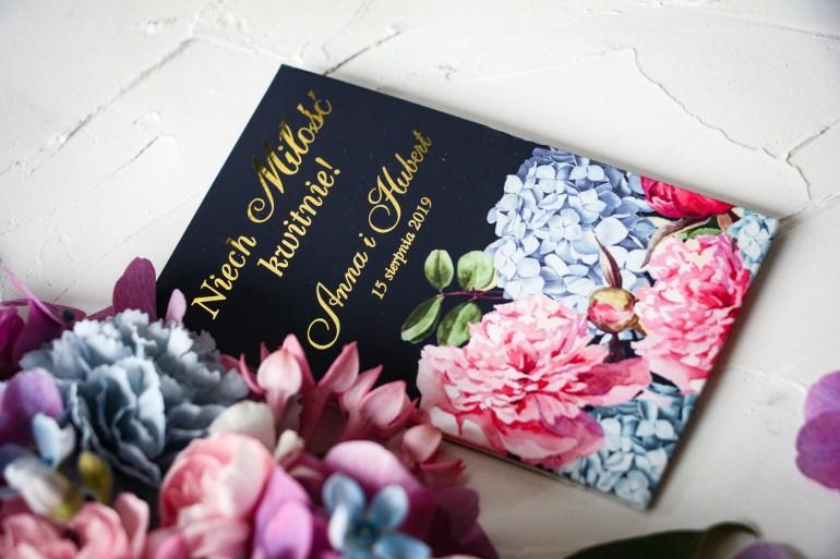 Nasiona Ślubne - Podziękowania dla gości, złocone opakowanie z eleganckim bukietem z różowych piwonii