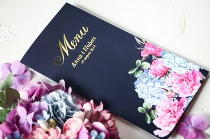 Granatowe Menu Ślubne ze złoceniami oraz z eleganckim bukietem z różowych piwonii i niebieskich hortensji