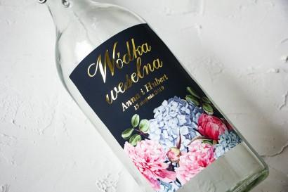 Ślubne, Złocone Etykiety na butelki na alkohol z eleganckim bukietem z różowych piwonii i niebieskich hortensji