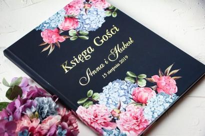 Granatowa, Ślubna Księga Gości ze złoceniami oraz z eleganckim bukietem z różowych piwonii i niebieskich hortensji