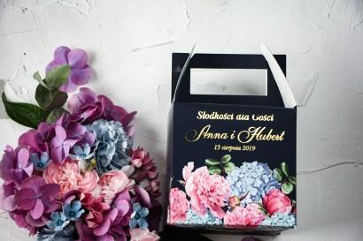 Ślubne Pudełko na Ciasto - kwadratowe - ze złoceniami oraz z eleganckim bukietem z różowych piwonii
