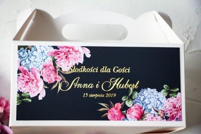 Ślubne Pudełko na Ciasto - prostokątne - ze złoceniami oraz z eleganckim bukietem z różowych piwonii