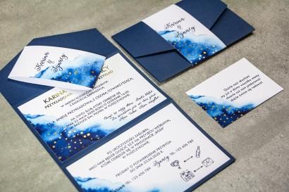 Granatowe zaproszenia ślubne ze złotymi kropeczkami. Gustowny format zaproszenia, składany na trzy części