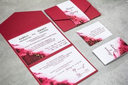 Burgundowe zaproszenia ślubne ze złotymi kropeczkami, składane na trzy części. Zaproszenia są w eleganckim formacie