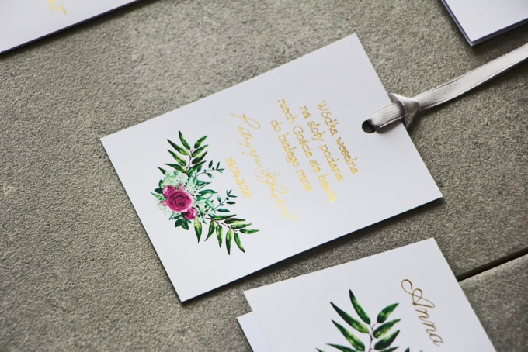 Zawieszka na butelkę, Wódka weselna, ślub - Cykade nr 4 ze złoceniem - Róże w odcieniu fuksji na tle zieleni