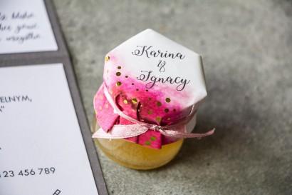 Słoiczek z miodem - słodkie podziękowanie dla gości weselnych. Różowy kapturek ze złoconymi kropeczkami