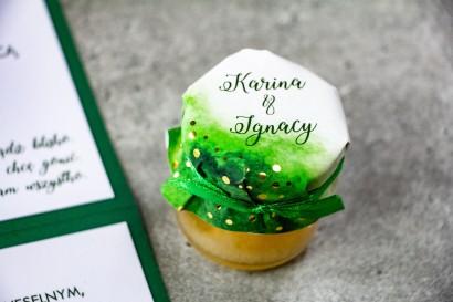 Słoiczek z miodem - słodkie podziękowanie dla gości weselnych. Zielony kapturek ze złoconymi kropeczkami
