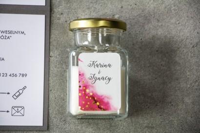 Świeczki - podziękowania dla gości weselnych w eleganckim stylu. Różowa etykieta ze złoconymi kropeczkami