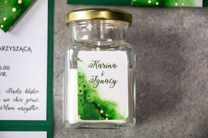 Świeczki - podziękowania dla gości weselnych w eleganckim stylu. Zielona etykieta ze złoconymi kropeczkami