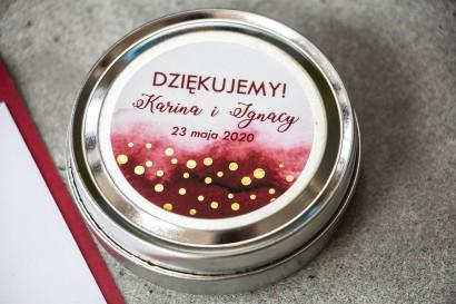 Okrągłe Świeczki Ślubne jako podziękowania dla gości. Burgundowa etykieta ze złoconymi kropeczkami