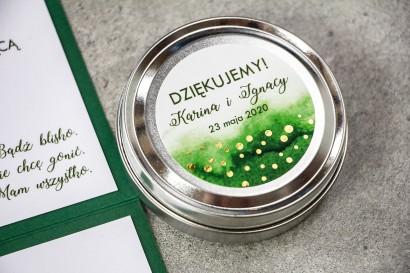 Okrągłe Świeczki Ślubne jako podziękowania dla gości. Zielona etykieta ze złoconymi kropeczkami