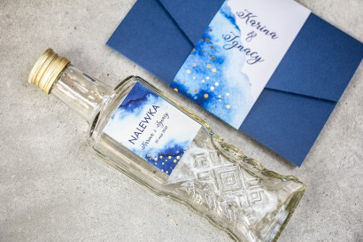Ślubne Butelki na nalewki wraz z granatową etykietą ze złoconymi kropeczkami