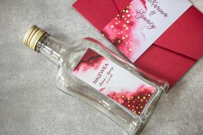 Ślubne Butelki na nalewki wraz z burgundową etykietą ze złoconymi kropeczkami