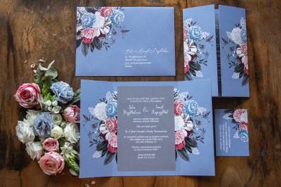 """Zaproszenia ślubne w modnym kolorze """"dusty blue"""" z dodatkiem delikatnej szarości"""
