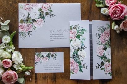 Szare zaproszenia ślubne w delikatnym odcieniu. Na karcie zaproszenia kompozycja z białych i pastelowych róż